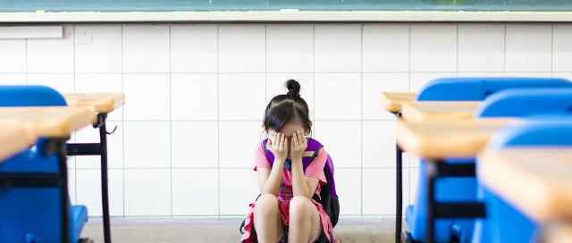 menina triste escola