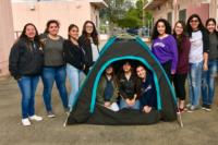 Adolescentes criam tenda solar para sem-tetos