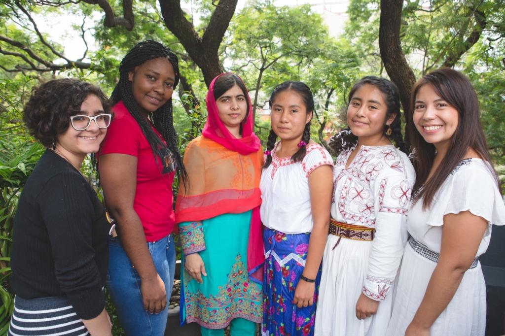 Luiza (à esquerda) no encontro com Malala
