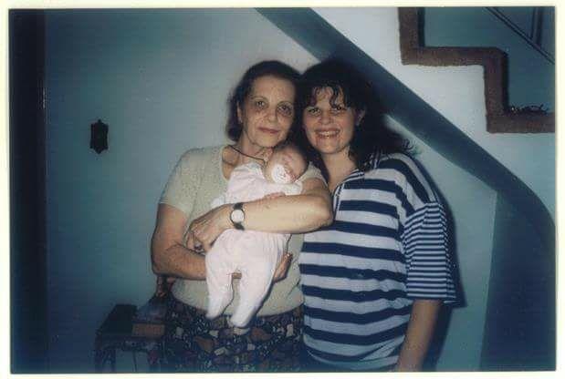 """Ana Elisa com a mãe. O bebê é Lara, colunista do Força Meninas. """"Amo ficar com a minha mãe, ela pode perguntar 10 vezes a mesma coisa, que nós respondemos todas e tudo bem"""", diz Ana Elisa. Foto: Arquivo pessoal"""