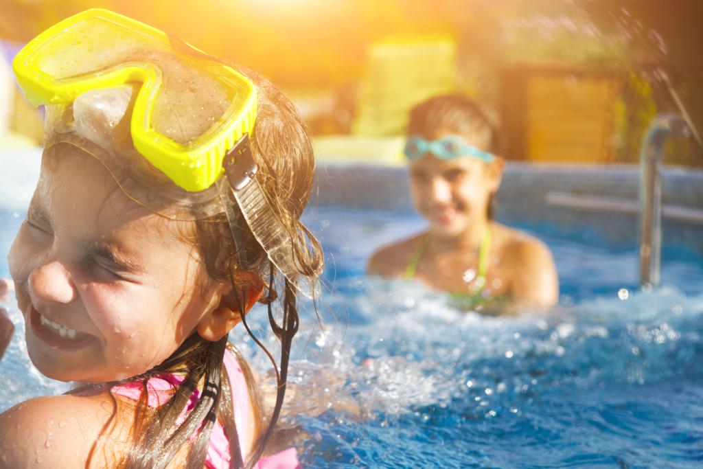 Meninas brincando na piscina.
